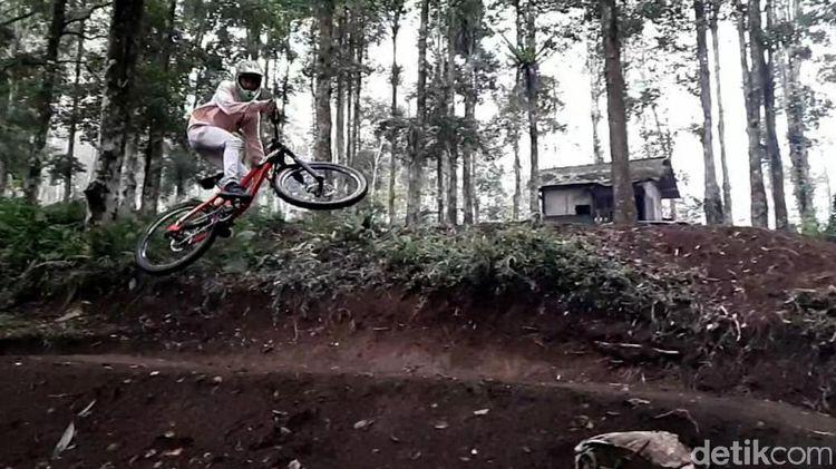 Menjajal Trek Sepeda Downhill yang Jadi Primadona di Garut