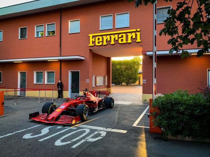 Mobil Balap Formula 1 Ferrari Diajak Ngebut di Jalan Raya