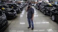 Begini suasana bursa penjualan mobil bekasi di kawasan WTC Mangga Dua, Jakarta Utara, (23/6).