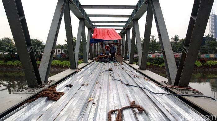 Pembangunan Jembatan Penyeberangan Orang (JPO) di kawasan RPTRA Kalijodo terus dikebut. Seperti apa penampakan terkininya?