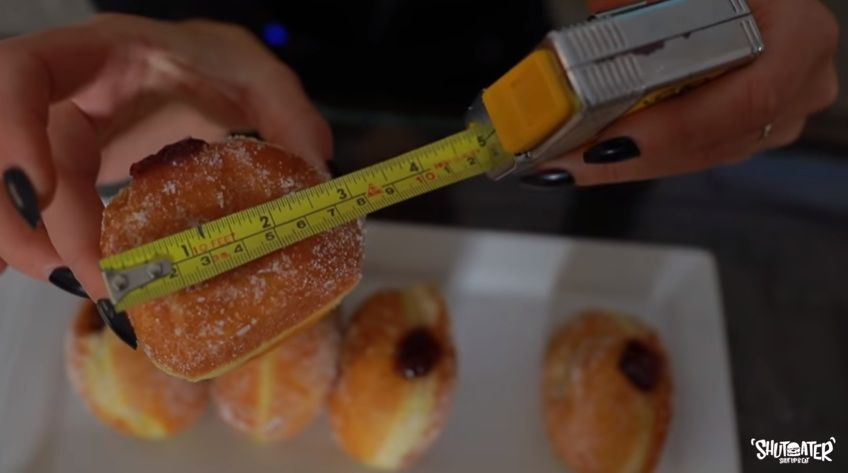 Rekor Makan 10 Donat dalam 3 Menit