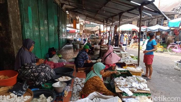 Suasana Pasar Kangkung, Kendal, Selasa (23/6/2020).