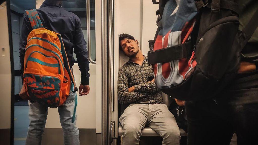 Pulang Kemalaman? Ini Tips Agar Tak Bablas Ketiduran di KRL