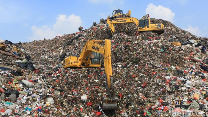 Pembatasan Sosial Berskala Besar (PSBB) membuat volume sampah di TPST Bantargebang menurun.