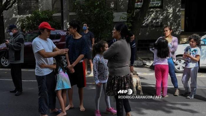 Warga di Kota Meksiko lari ke jalan saat terjadi gempa