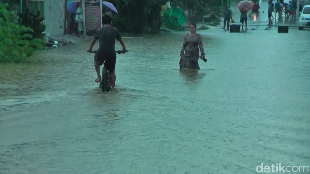 Hujan Deras, Sejumlah Ruas Jalan di Mamuju Terendam Banjir