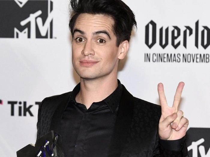 BILBAO, SPAIN - NOVEMBER 04:  Brendon Urie of Panic! at the Disco wins Best Alternative Award during the MTV EMAs 2018 at Bilbao Exhibition Centre on November 4, 2018 in Bilbao, Spain.  (Photo by Carlos Alvarez/Getty Images for MTV)