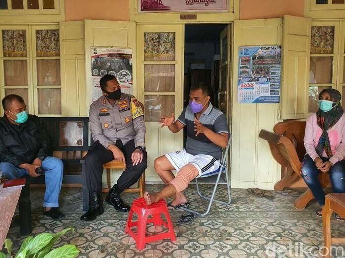 Paha kiri Kanit Sabhara Polsek Asembagus, Ipda Liskurahman tertembak pistolnya sendiri. Peristiwa itu terjadi saat ia menangkap seorang DPO curanmor.