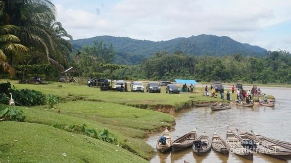 Bukit-bukit yang melatari desa Gema.Sungai Kampar yang menantang untuk ditelusuri dengan sampan.