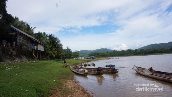 Sampan-sampan yang siap mengantar pengunjung menuju objek wisata.Pelancong bersiap-siap menuju tempat wisata melalui sungai.