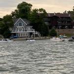 Nekat! 2 Mobil Off-Road Masuk ke Danau Selamatkan Kapal Tenggelam