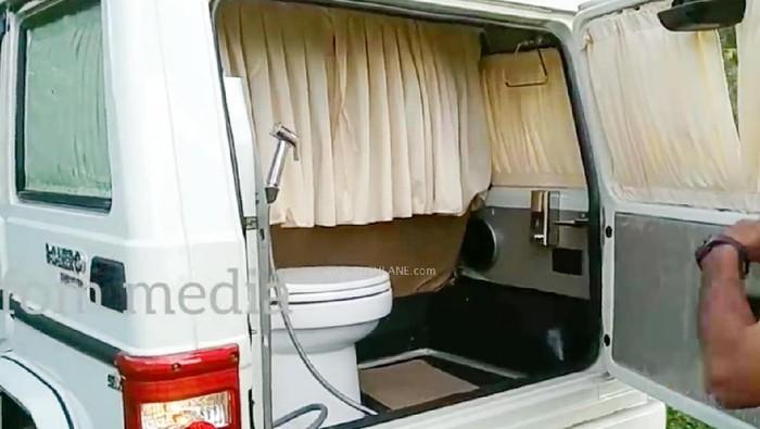 Fasilitas toilet portabel di mobil SUV Mahindra Bolero
