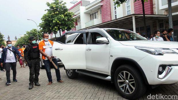 Rekonstruksi penyerangan kelompok John Kei kembali digelar polisi. Rekonstruksi kali ini digelar di komplek rumah Nus Kei yang berada di Cipondoh, Tangerang.