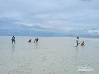 Saat air laut surut, maka akan muncul hamparan pasir putihnya yang luas. Saat itulah, warga khususnya anak-anak dan ibu-ibu mencari insonem di pasir putih. Ketika air laut naik maka hamparan pasir butih berubah menjadi hamparan biru laut yang memanjakan mata.