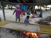 Mengeringkan insonem.Di Ayaukita bisa menjejakkan kaki di patok perbatasan negara RI dan Palau.