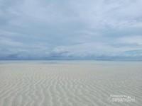 Ada pasir putih menghampar luas yang muncul saat air laut surut di Ayau, Raja Ampat. Di hamparan pasir putih inilah hidup cacing laut atau insonem, kuliner khas masyarakat Ayau.
