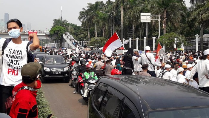 Massa Aksi PA 212 dkk Padati Depan DPR, Kendaraan Dialihkan ke Busway (Foto: Ilman/detikcom)