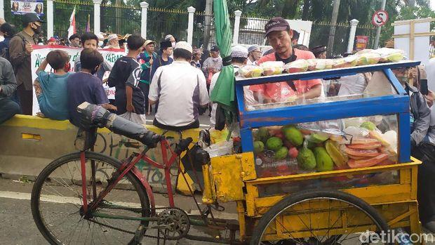 Massa PA 212 dkk Demo Depan Gedung DPR, PKL Ramai Berjualan