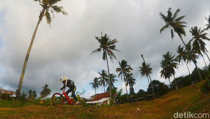 Olahraga sepeda BMX minicross sedang digandrungi anak-anak. Di sebuah tanah lapang di Pangandaran, sekelompok anak tekun berlatih olahraga sepeda tersebut.