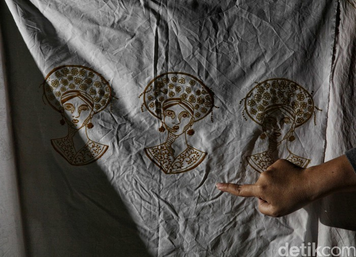 Masker kini jadi aksesoris yang diburu warga guna cegah virus Corona. Masker beragam motif pun dijajakan, salah satunya masker motif batik khas pesisir Jakarta.