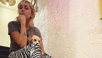 Miley hanya keramas saat menjalani wawancara tersebut dan satu lagi saat tampil di acara Elton John. Dok. Instagram/mileycyrus