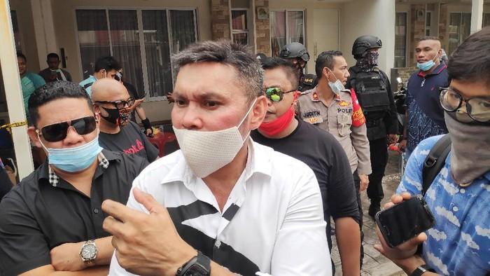 Nus Kei menghadiri rekonstruksi penyerangan kediamannya di Green Lake, Tangerang, Rabu (24/6/2020).