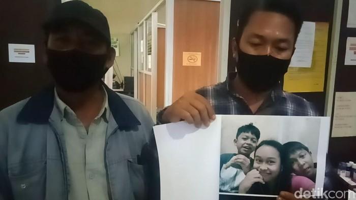 Rachmat (49), seorang ayah asal Kota Palembang, Sumatera Selatan menangis pilu karena tiga anaknya hilang. Mungkinkah ketiga anaknya diambil sang ibu, Nurhidayati?