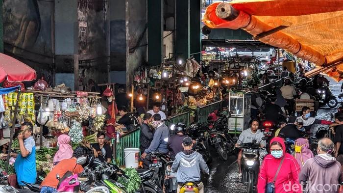 Para pedagang melakukan aktivitas jual-beli di Pasar Ciputat, Tangerang Selatan, Rabu (24/6/2020). Pemkot Tangsel berencana merevitalisasi pasar tersebut mulai tahun ini. Pemkot Tangerang Selatan melalui skema kerja sama pemerintah dan badan usaha (KPBU) berupaya mencari investor untuk membiayai revitalisasi pasar yang menghabiskan anggaran hingga Rp 250 miliar.