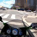 Pemotor dan Pesepeda Ngotot Usai Tabrakan di Persimpangan Jalan