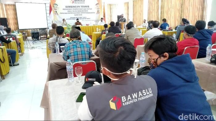 Petugas Bawaslu kecamatan mengikuti bimbingan teknis untuk mengawasi tahapan verifikasi faktual berkas dukungan calon perseorangan