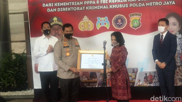 Polda Metro Jaya terima penghargaan
