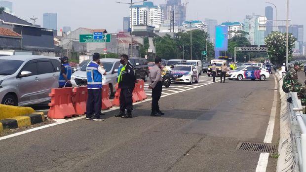 Polisi tutup arus lalin depan DPR demo PA 212 tolak RUU HIP
