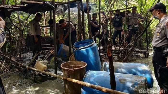 Polres Mimika temukan lima pabrik pembuatan miras jenis sopi di dalam hutan (Saiman/detikcom)