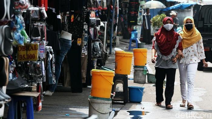 Tempat cuci tangan dari ember plastik berjejer di sepanjang jalan di kawasan Terminal Pulo Gading, Jakarta. Hal ini sebagai antisipasi terhadap penyebaran virus Corona.