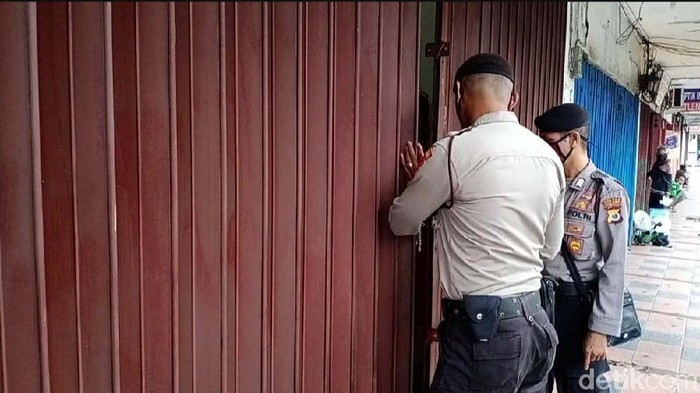 Memasuki hari ketiga penerapan PSBB di Kota Ambon, sejumlah toko masih buka. Satgas COVID-19 Kota Ambon memberikan surat peringatan pertama dan  langsung menutup toko.