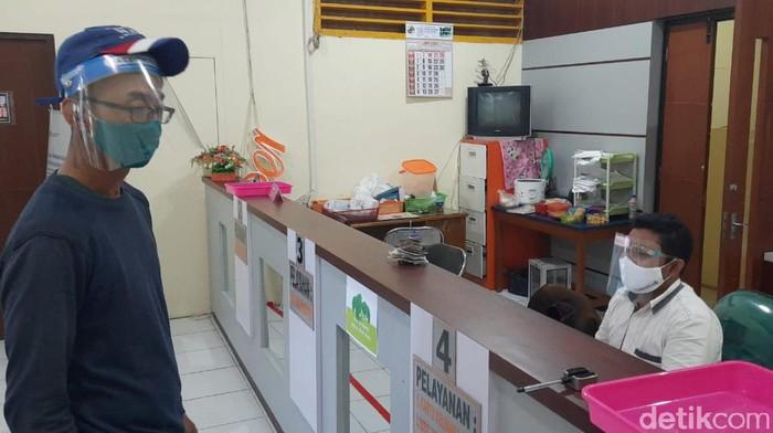 Ruang Pelayanan di Kecamatan Tambaksari Kini Wajib Pakai Face Shield