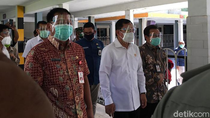 Menkes Terawan Agus Putranto terlihat mengenakan face shield dan masker saat menyambangi RSU dr Soetomo, Surabaya.