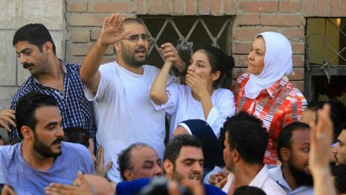 Sanaa Seif dan keluarganya (AFP/ Hasan Mohamed)
