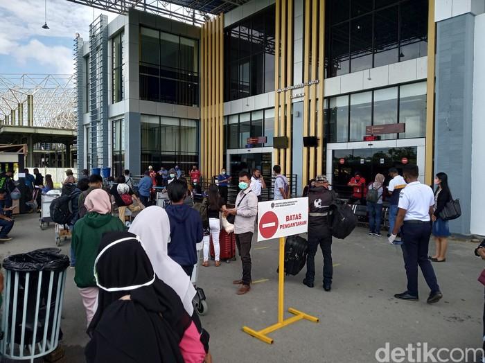 Sejak pelayanan penerbangan komersil dibuka tanggal 14 Juni kemarin, sampai sekarang sudah ada dua ribuan lah orang keluar Timika,