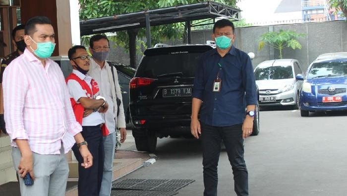 Tersangka kasus korupsi terkait penerbitan surat pernyataan ahli waris berinisial TPU ditahan, Rabu (24/6/2020).