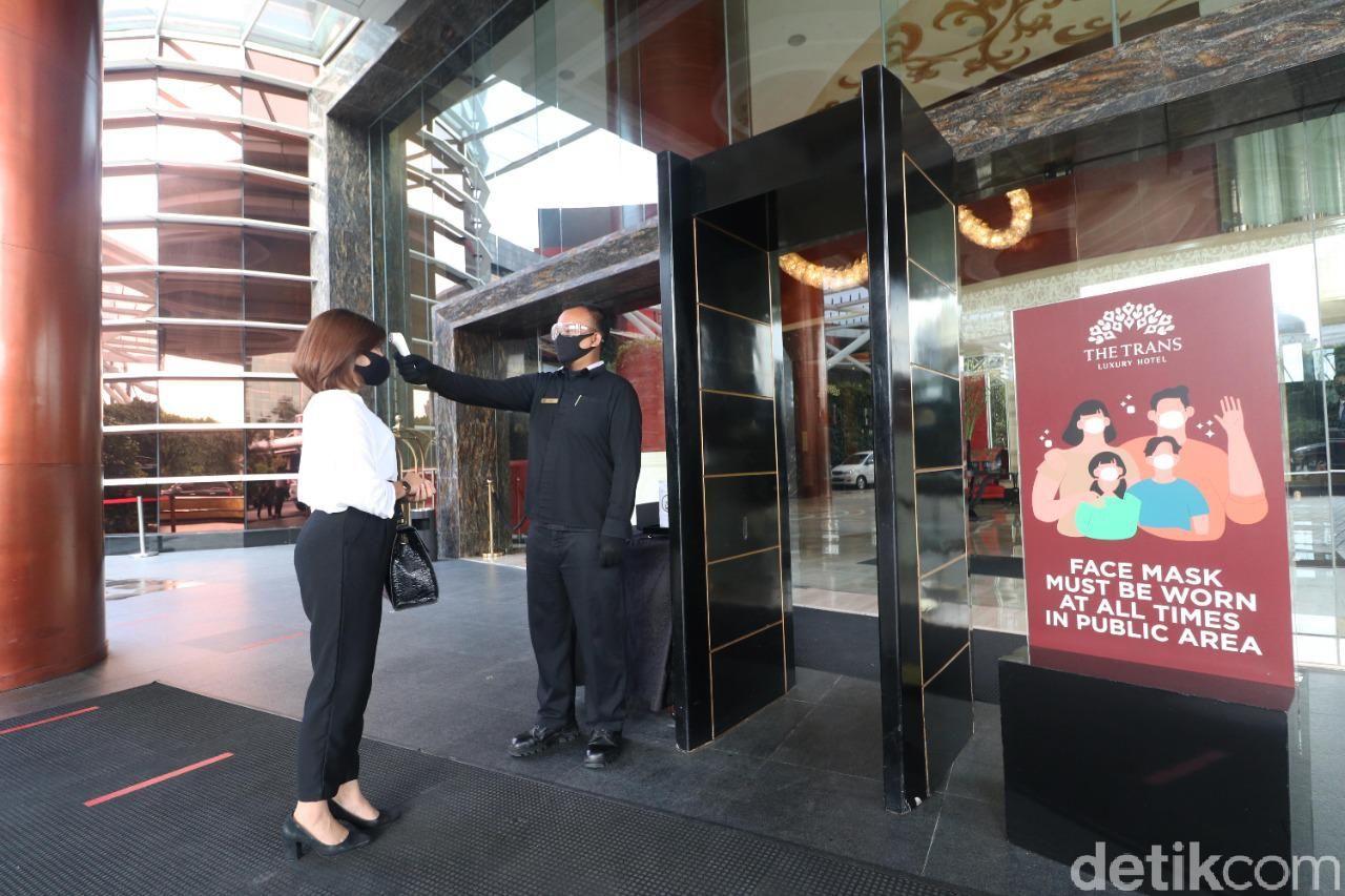 The Trans Luxury Hotel tidak hanya menawarkan beragam fasilitas mewah, tetapi juga penerapan protokol pemerintah terkait Covid-19.