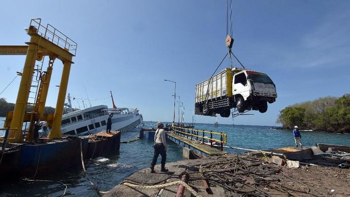 Proses evakuasi kendaraan dari dalam KMP Dharma Rucitra III yang tenggelam di Pelabuhan Padangbai, Bali, dilakukan. Mobil-truk dievakuasi dari kapal itu.