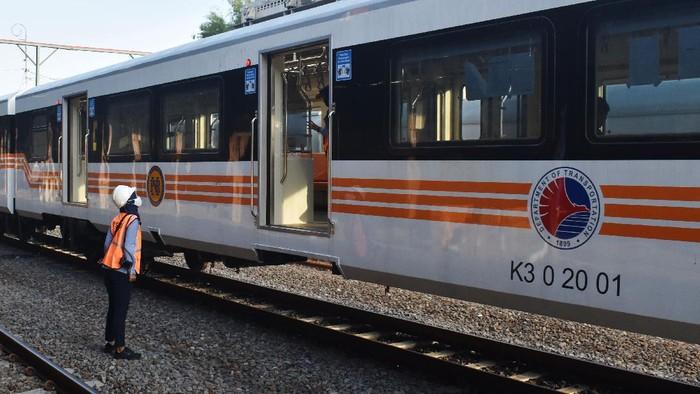 Petugas bersiap memberangkatkan rangkaian lokomotif dan kereta penumpang pesanan Commuter Philippines National Railways Filipina produksi PT Inka saat uji dinamik di Stasiun Kereta Api (KA) Madiun, Jawa Timur, Rabu (24/6/2020). Uji dinamik rangkaian terdiri satu unit lokomotif diesel hydraulic dan lima kereta penumpang akan dilakukan sejauh 1.000 kilometer bertujuan untuk inspeksi fungsi pengereman dan alat perangkai mekanik maupun alat perangkai elektronik. ANTARA FOTO/Siswowidodo/aww.