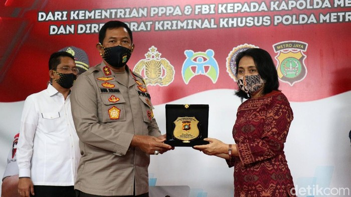 Polda Metro Jaya mendapatkan penghargaan atas keberhasilan menangkap buronan FBI, Russ Albert Medlin. Penghargaan diberikan oleh FBI dan Menteri PPA.