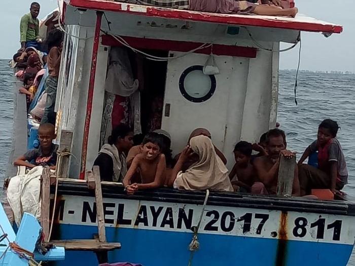 Warga etnis Rohingya terkatung-katung di laut Aceh (dok. Istimewa)