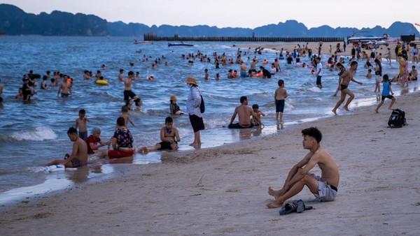 Meski belum berencana membuka diri bagi turis asing, pakar asing yang berkemampuan tinggi, seperti insinyur, diizinkan masuk Vietnam dengan penerbangan khusus dan wajib menjalani karantina di hotel setibanya di negara tersebut.