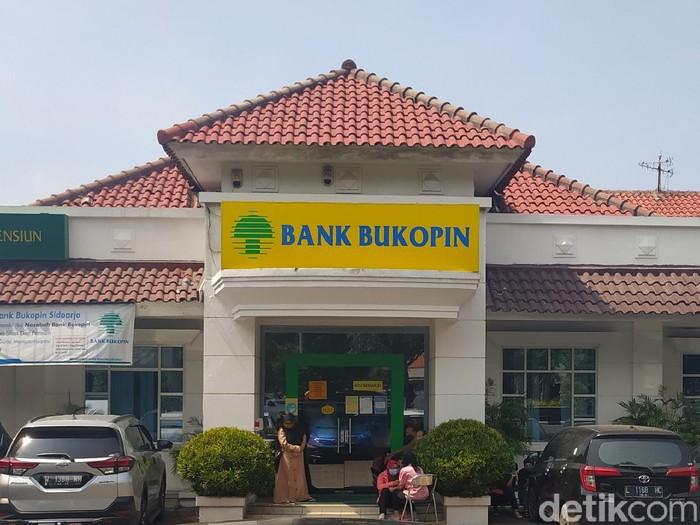 Nasabah Bank Bukopin Cabang Sidoarjo, Dedi Setiawan Tan (55) berniat mencairkan uang miliknya, Rp 45 miliar. Namun ia kecewa karena hanya sebagian kecil yang bisa dicairkan.