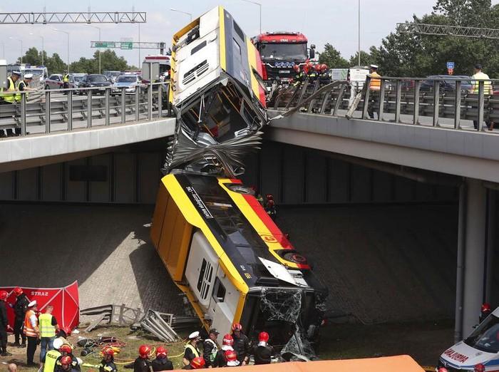 Kecelakaan bus terjadi di Kota Warsawa, Polandia. Sedikitnya 20 orang terluka dan 1 orang tewas akibat kecelakaan tersebut.