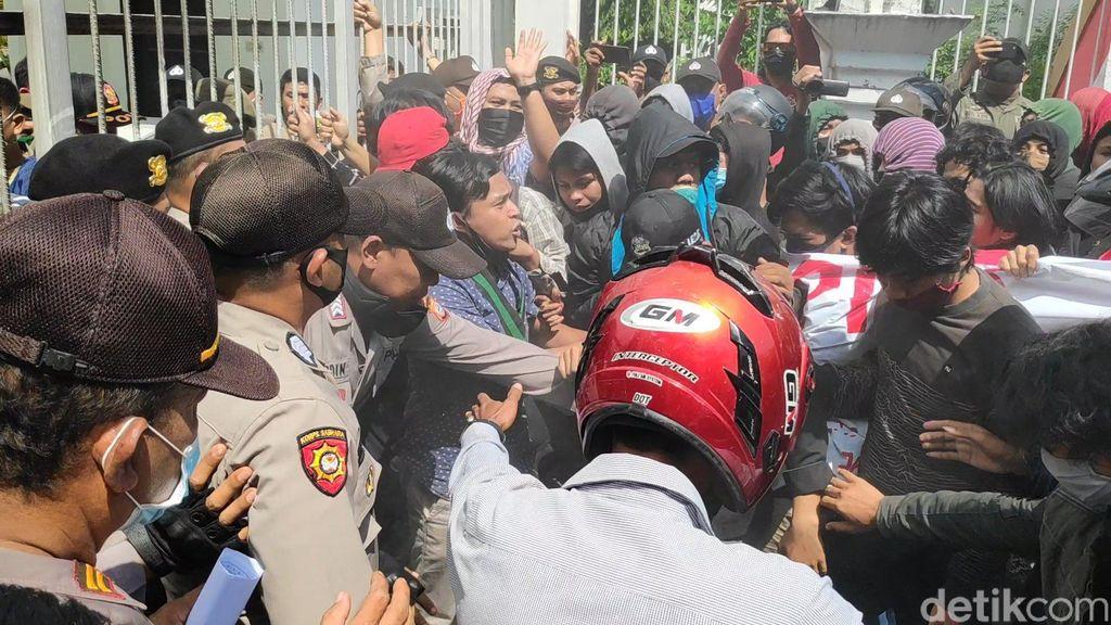 Unjuk rasa ratusan warga dan mahasiswa di Maros, Sulawesi Selatan (Sulsel), menuntut pemerintah kabupaten menuntaskan persoalan krisis air bersih. Unjuk rasa itu diwarnai aksi saling dorong dengan petugas pengamanan.