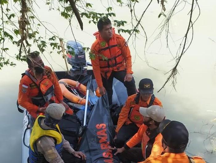 Evakuasi remaja yang tewas tenggelam Sungai Bodri, Kendal, Kamis (25/6/2020).